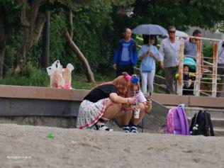 jovenes-en-cuclillas-playa-de-odaiba-tokyo